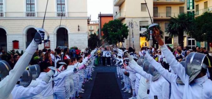 """Foggia, """"il più grande flash mob di scherma del mondo"""" invade piazza Battisti"""