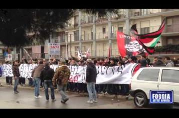 I tifosi della Curva Sud cantano e protestano fuori dallo stadio