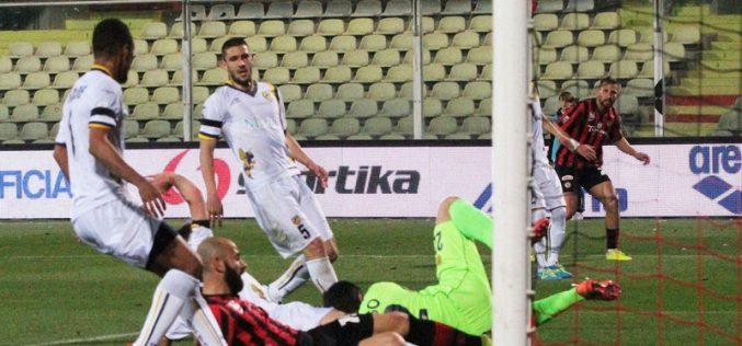 Mazzeo non perdona: il Foggia supera la Juve Stabia e vola in testa