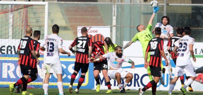 """Il Lecce paga la """"legge dello Zaccheria"""": il Foggia si impone per 3-0"""