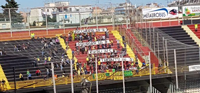 """Foggia-Melfi: i tifosi lucani elogiano i rossoneri e """"pizzicano"""" il Taranto"""