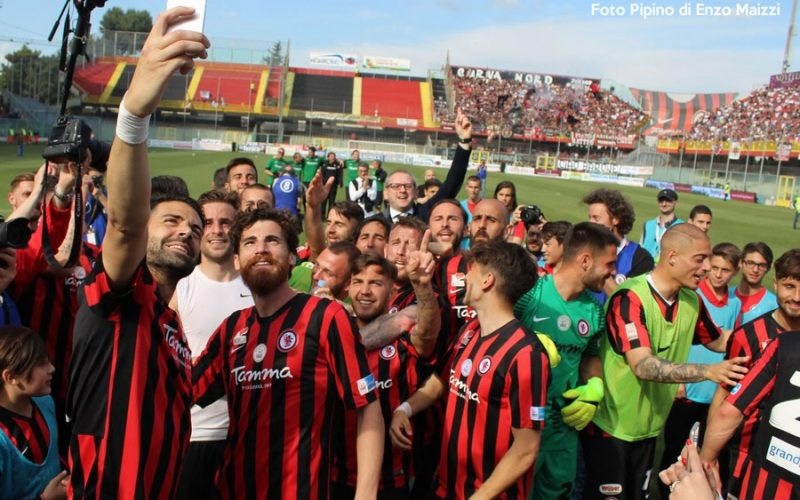 Corsa al biglietto, palazzi rossoneri e la riunione tra società e il comune: la marcia di Foggia verso la Serie B