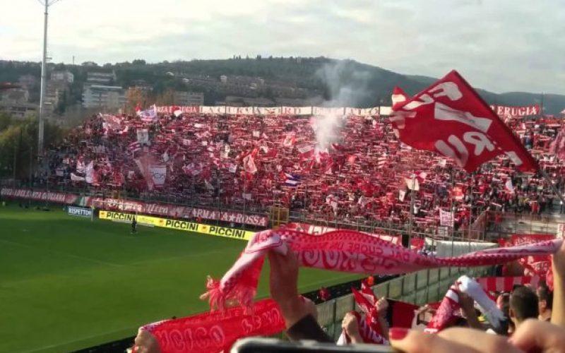 Perugia, lancio di sassi e fumogeni contro il pullman della squadra