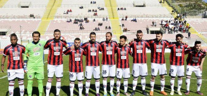Taranto, altro striscione di contestazione: presi di mira società, tecnico e giocatori
