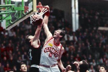 """Basket, festa per il sanseverese Walter Magnifico: Pesaro ha ritirato la """"sua"""" maglia numero 6"""